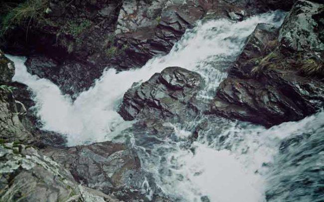 Agua río manantial ojo comunidad fotografía rocas paisaje excursión imagen camaroni videografías sociales