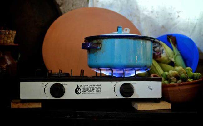 Fuego cocina estufa sistema biobolsa campo biogas caldo camaroni producciones videografías sociales fotografía nueva flama
