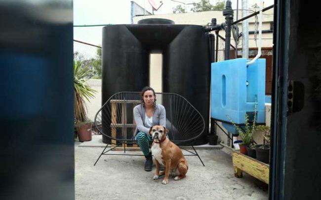 Mujer Captación Lluvia Agua sistema cisterna agua sustentable mexico ciudad Camaroni Producciones Videografías sociales