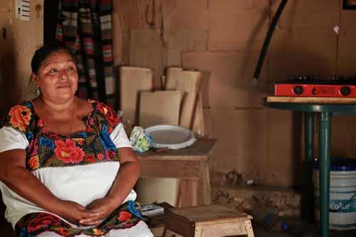 Mujer-indigena-maya-biodigestor-salud-estufa-biogas